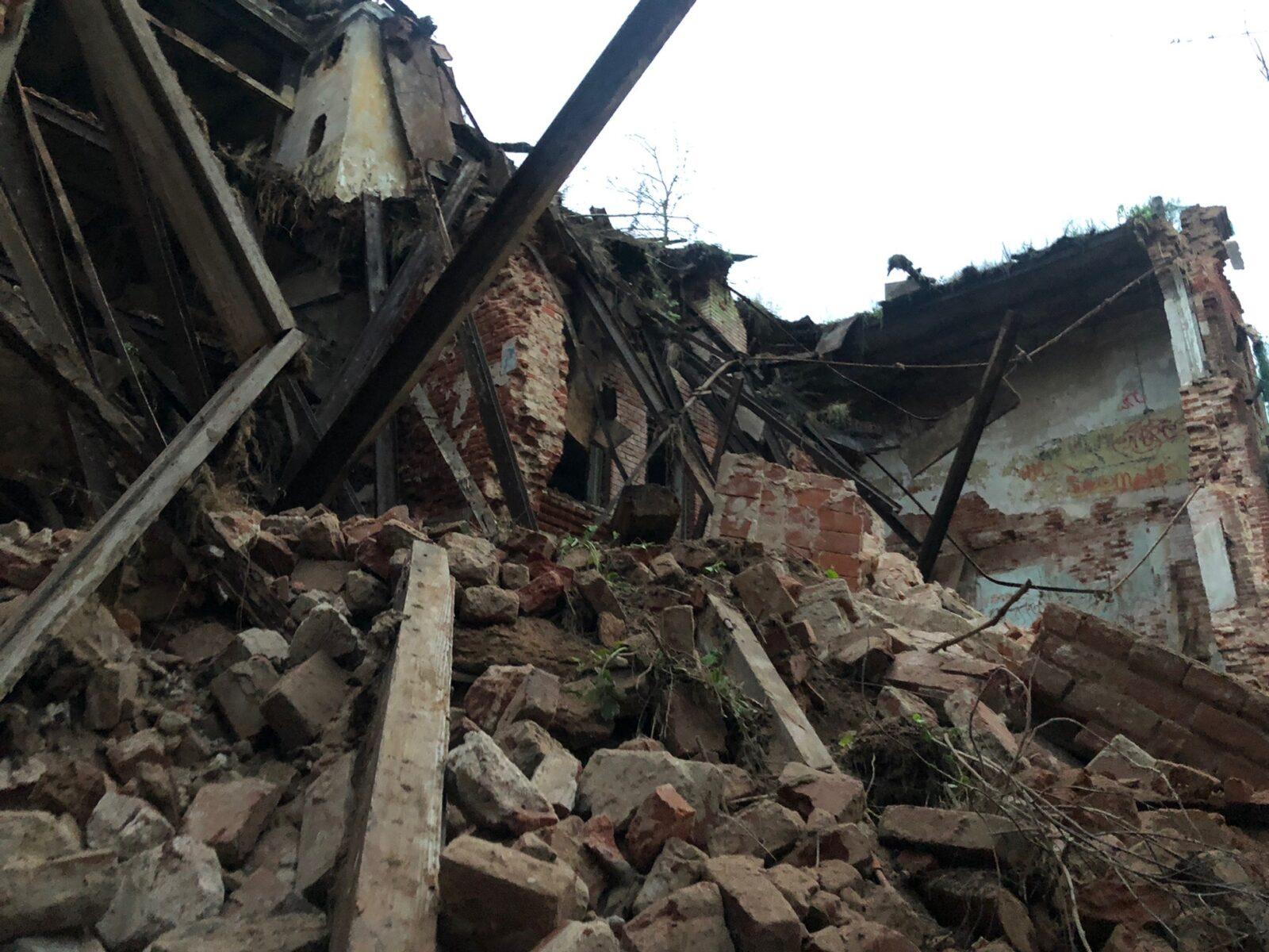 В Кимрах обрушился фасад знаменитого Гостиного двора