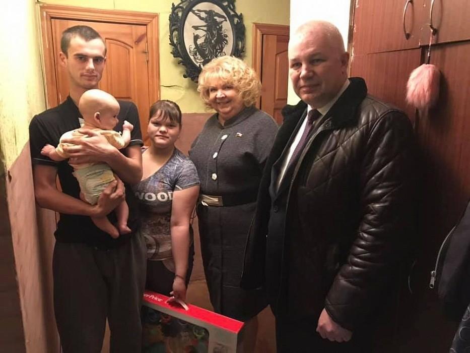 «Крепкая семья»: Светлана Максимова вручила многодетной семье из Максатихи подарки