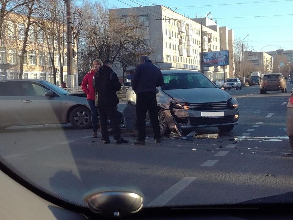 Два человека пострадали при столкновении автомобилей на проспекте Победы в Твери