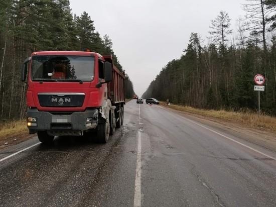 Три человека пострадали в столкновении с фурой в Тверской области