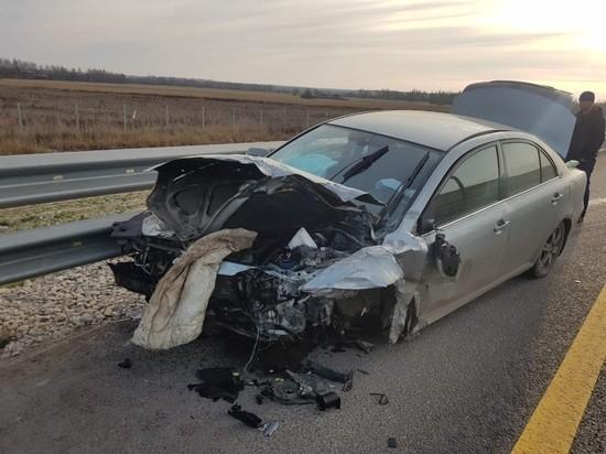 Автомобиль по дороге в Петербург застрял в ограждении в Тверской области