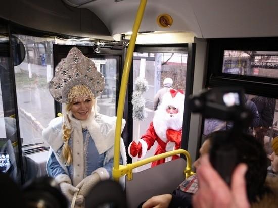 На дороги Твери вышел бесплатный «новогодний автобус»