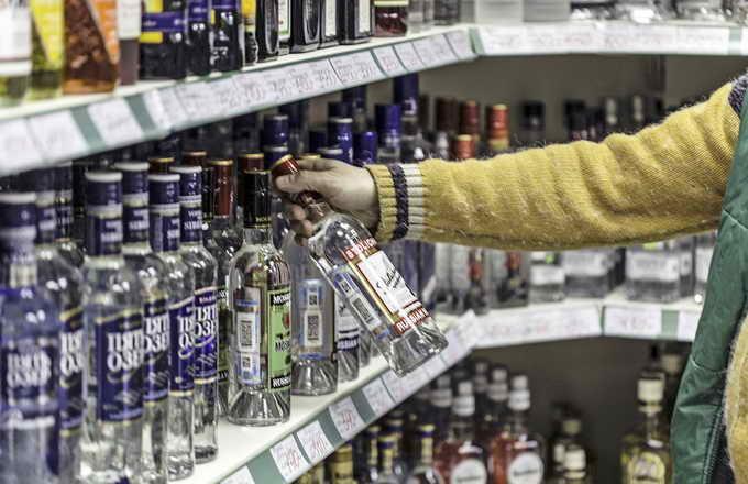 В тверских магазинах воруют водку, чтобы попасть в суд