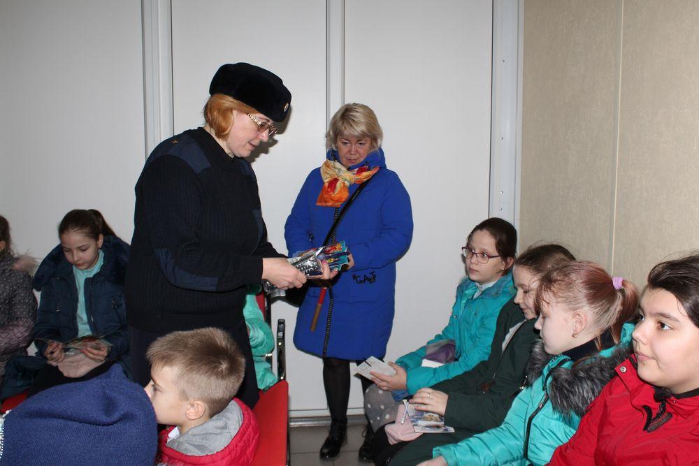 На железнодорожном вокзале в Тверской области полицейские провели беседу со школьниками