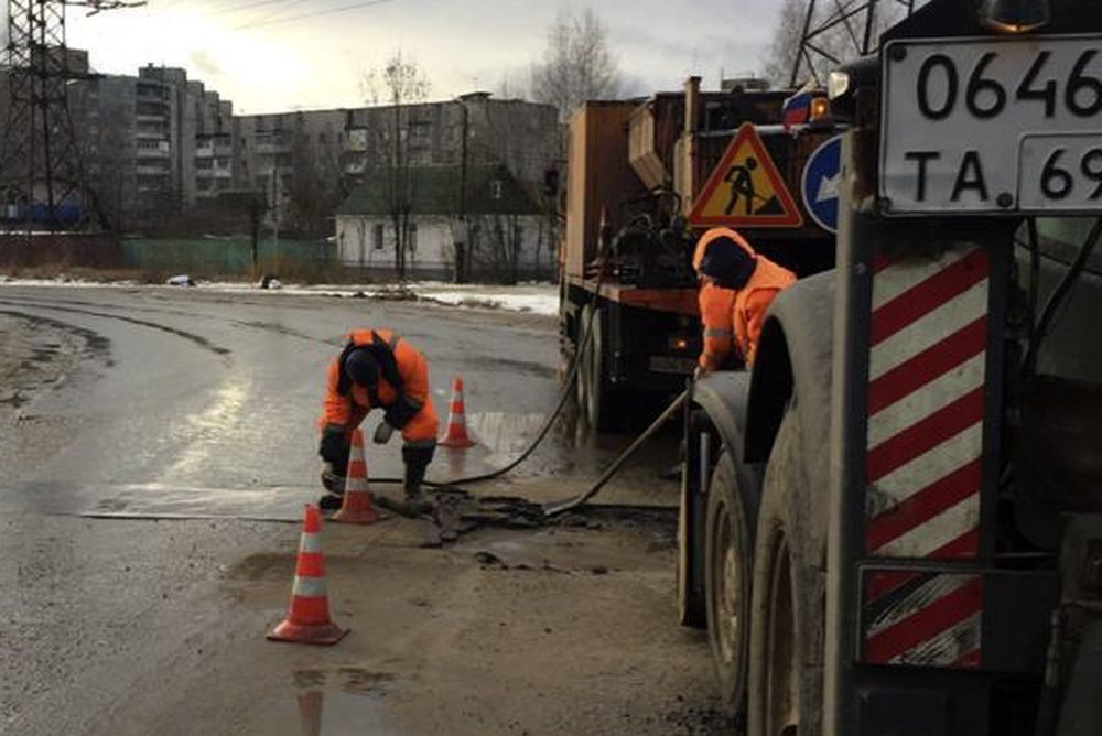 В Твери продолжается ямочный ремонт дорог