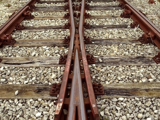 В Тверской области рабочий поезд разбил автомобиль