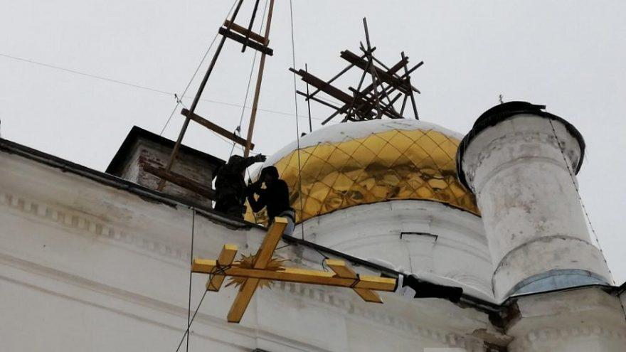 В Вышнем Волочке восстановили крест на куполе Богоявленского собора