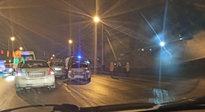 В массовой аварии на путепроводе в Твери пострадали три человека