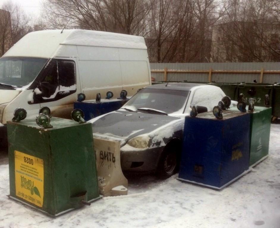 В одном из тверских дворов легковушку зажали мусорными баками