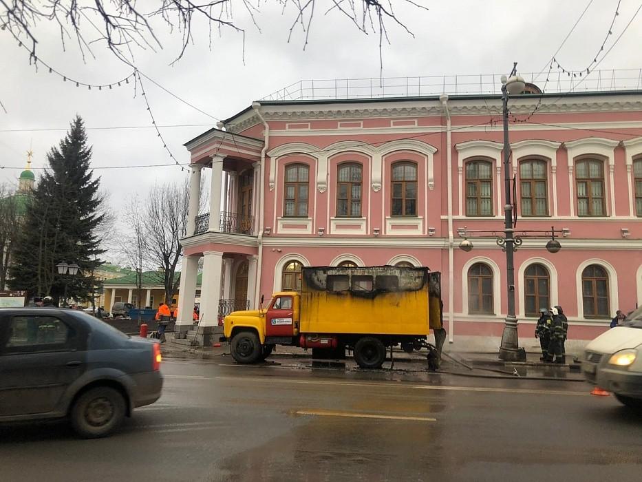 В центре Твери загорелся грузовик коммунальной службы