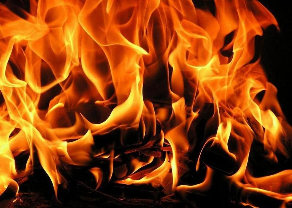 Пожарные в Твери тушили автомобиль