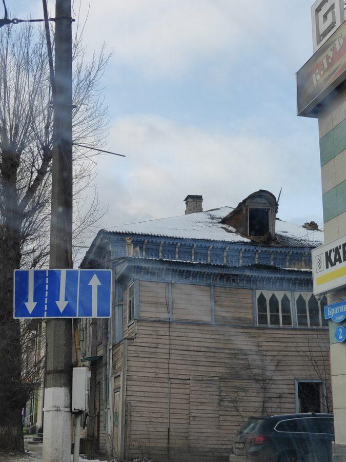 На крышу тверского дома забрался пес, горожане обеспокоены его судьбой