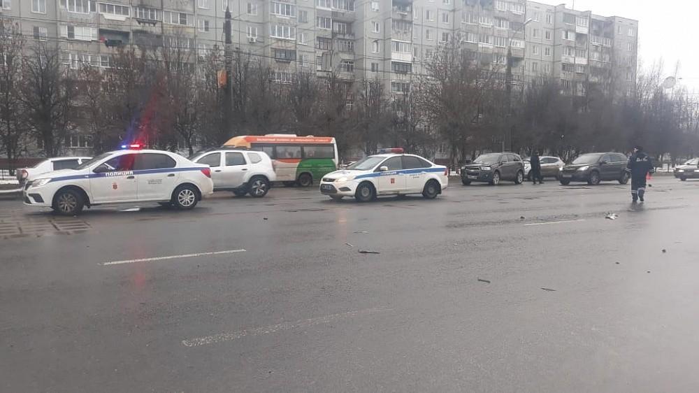 В центре Твери столкнулись четыре автомобиля