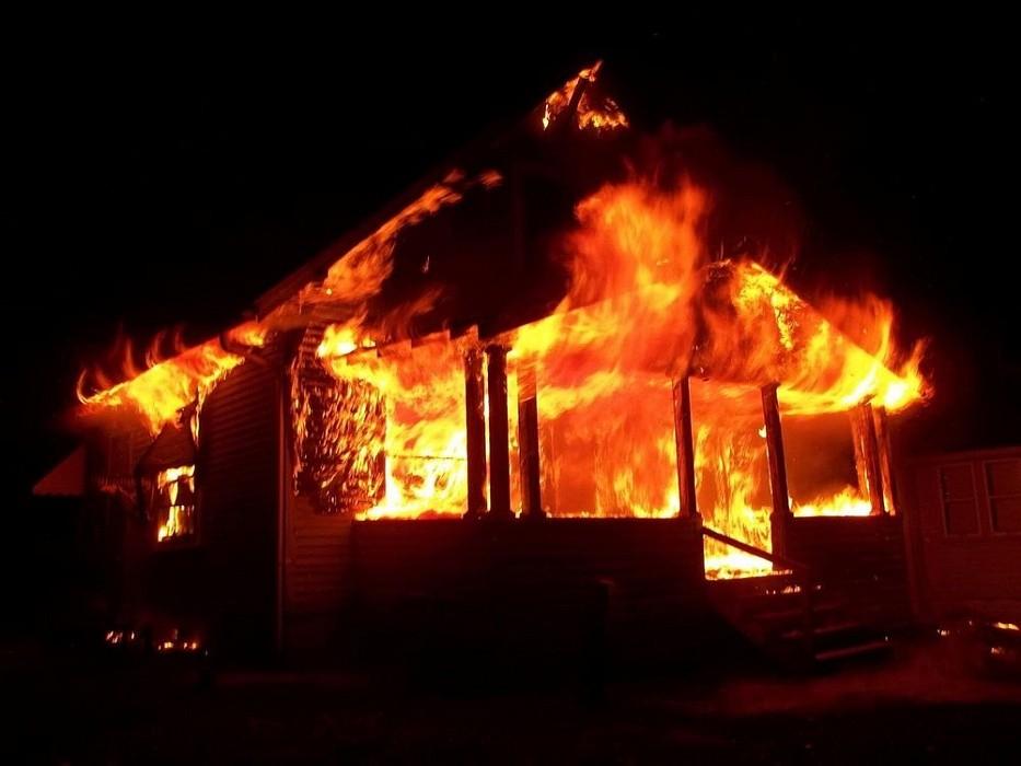 Следователи в Тверской области выясняют причины гибели мужчины на пожаре