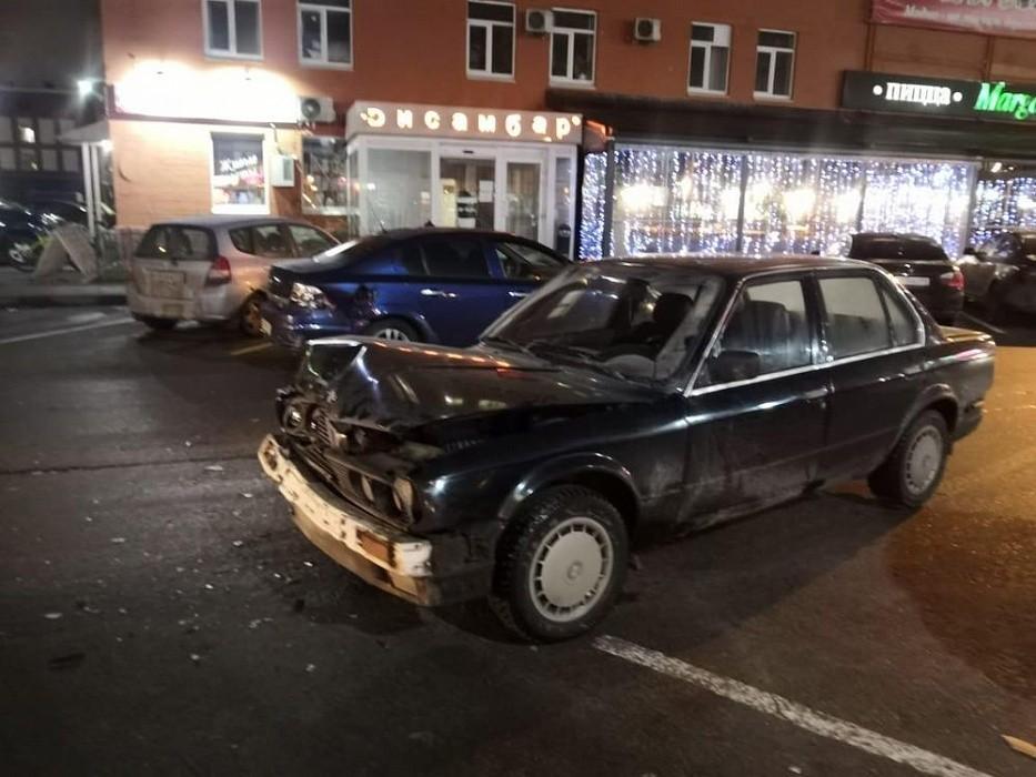 В Твери на парковке у торгового центра столкнулись два автомобиля