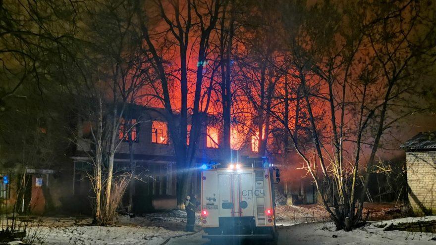 В Твери больше трех часов тушили пожар на территории бывшей химбазы ВИДЕО