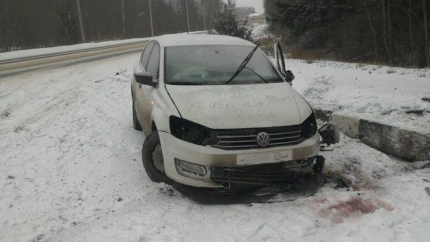 Иномарка врезалась в стелу на въезде в Конаково