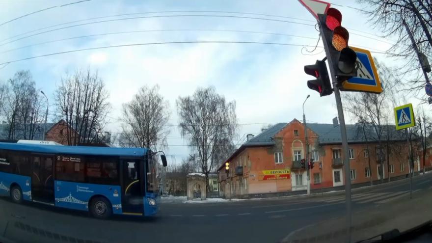 """В Твери автобус """"проскочил"""" перекресток на красный"""