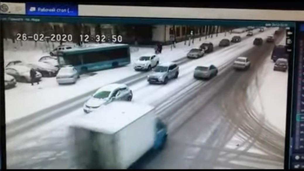 Опубликовано видео момента ДТП с автобусом в Твери