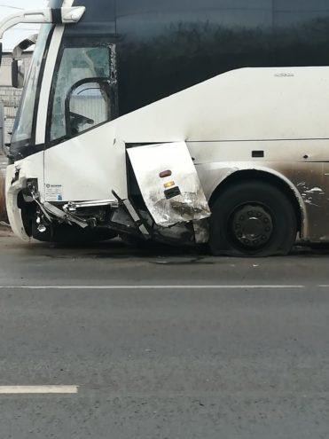 В Вышнем Волочке легковушка врезалась в экскурсионный автобус