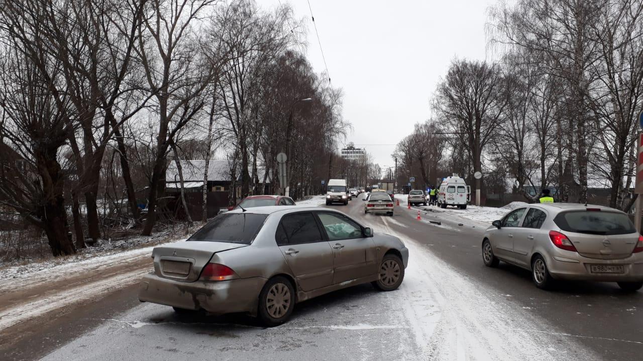 В Твери на Московском шоссе столкнулись две машины