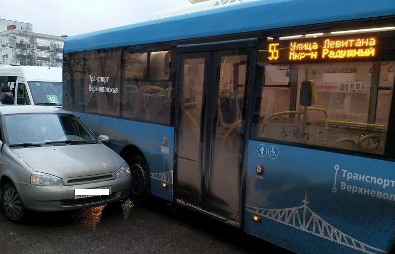"""В Твери """"прижали"""" новый автобус"""