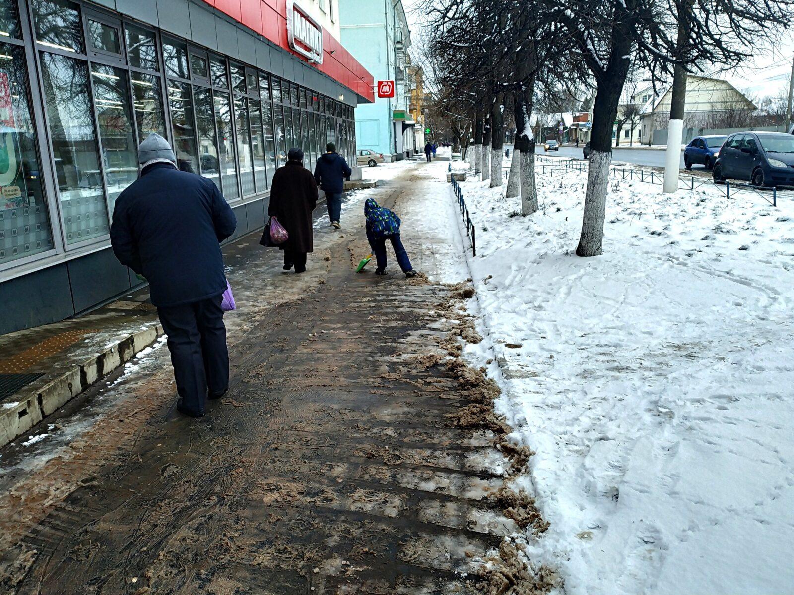 В Твери ребенок расчистил снежный тротуар детской лопаткой