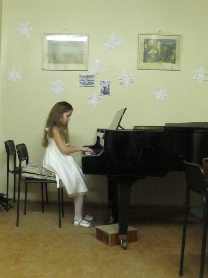 Юная пианистка из Калининского района сыграла так, что услышала вся Россия