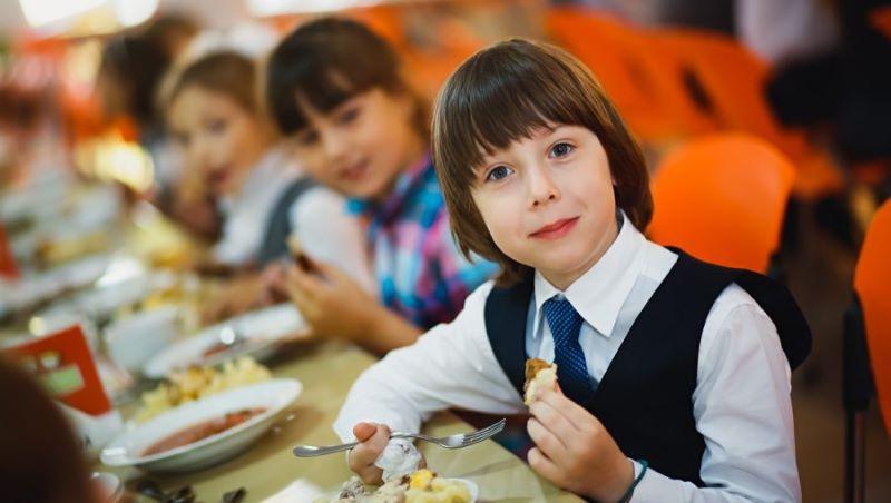 Младшие школьники Тверской области больше не будут платить за горячее питание