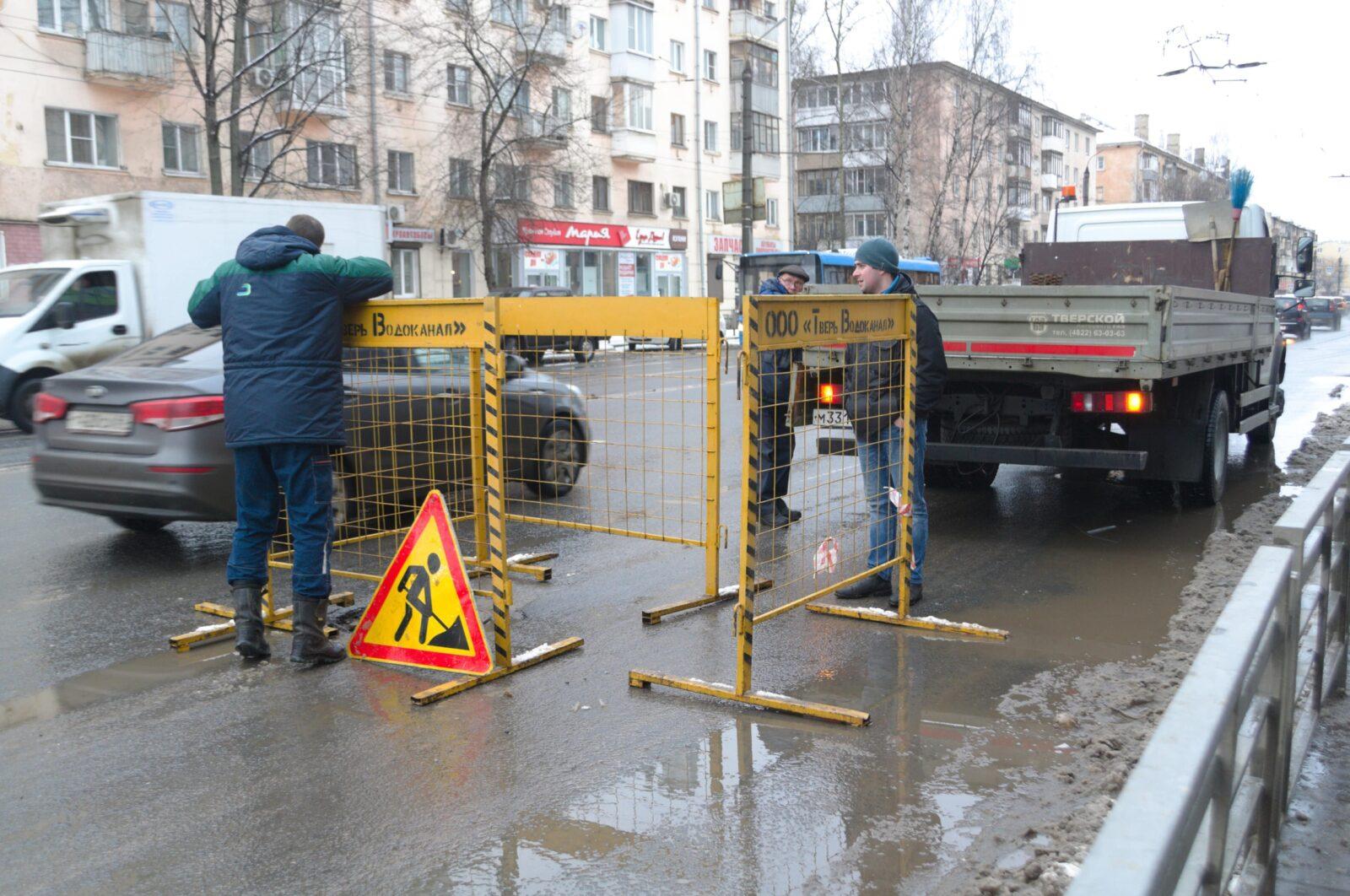 В Твери из-за провала люка перекрыли движение на Волоколамском проспекте