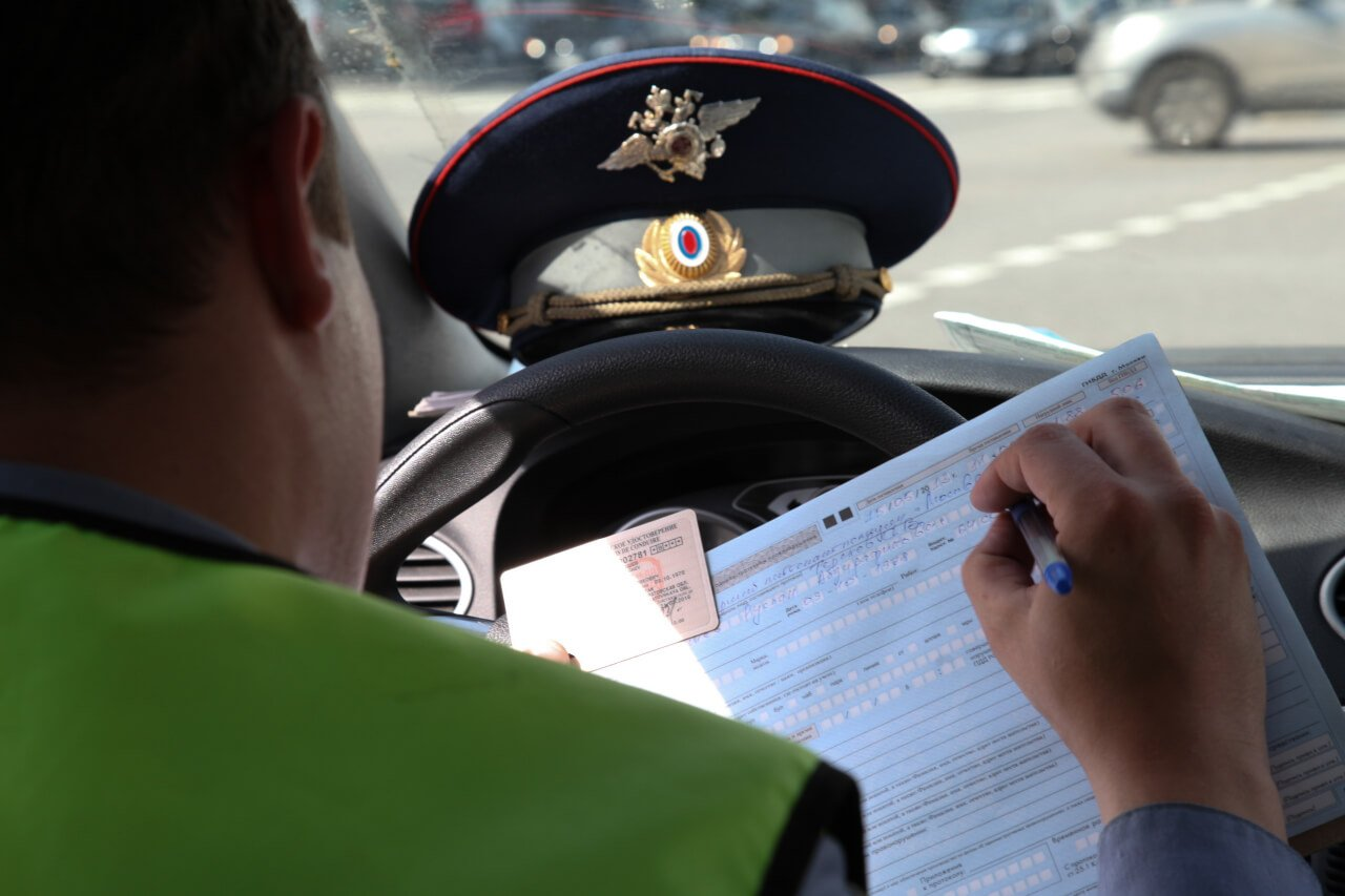 Появилось видео, как те, кто обучают водителей в Твери, нарушают ПДД