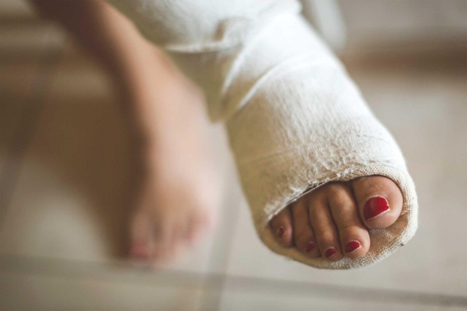 Житель Твери монтировкой сломал женщине ногу