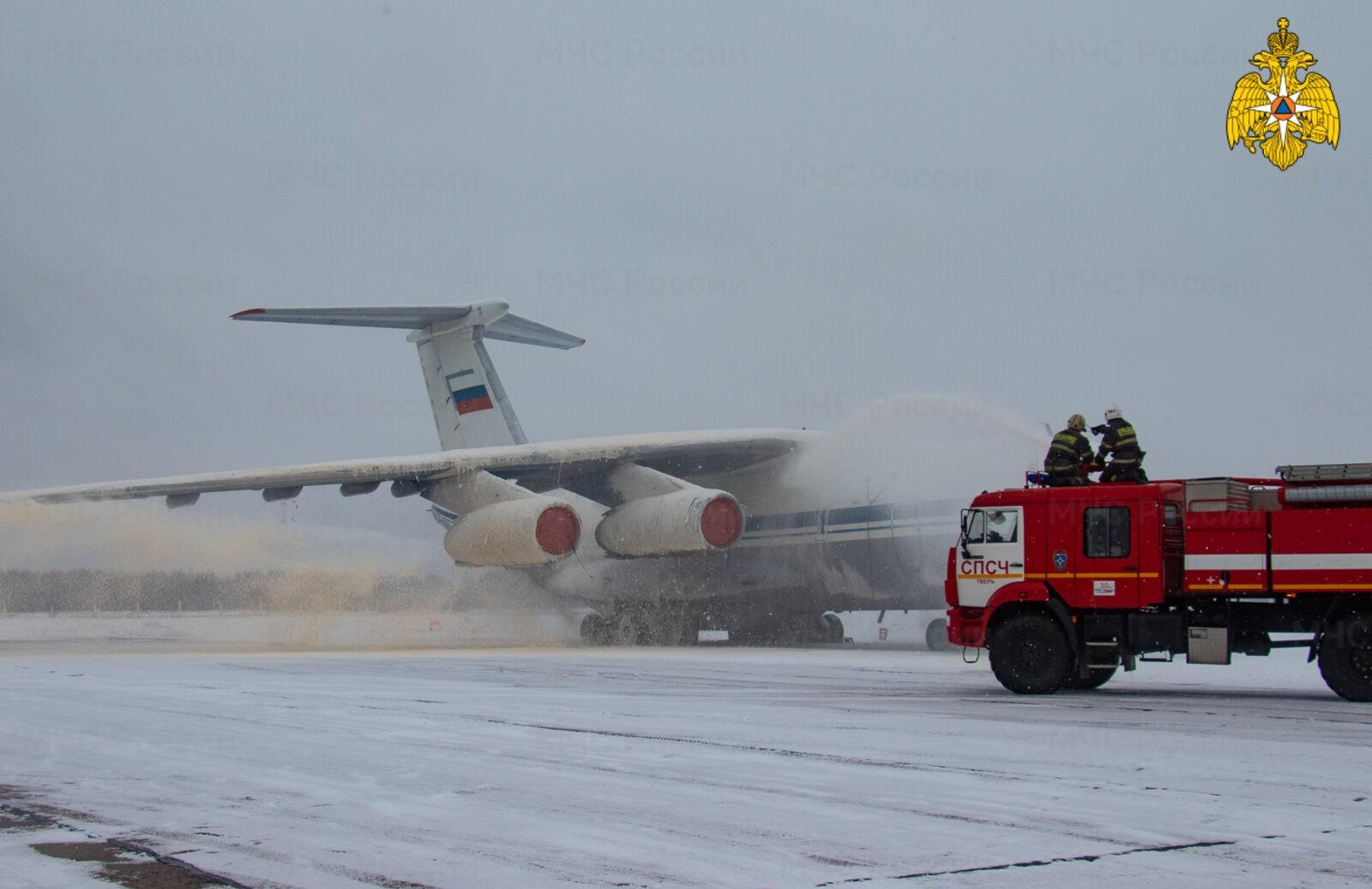 """На аэродроме """"Мигалово"""" в Твери тренировались тушить самолёт"""