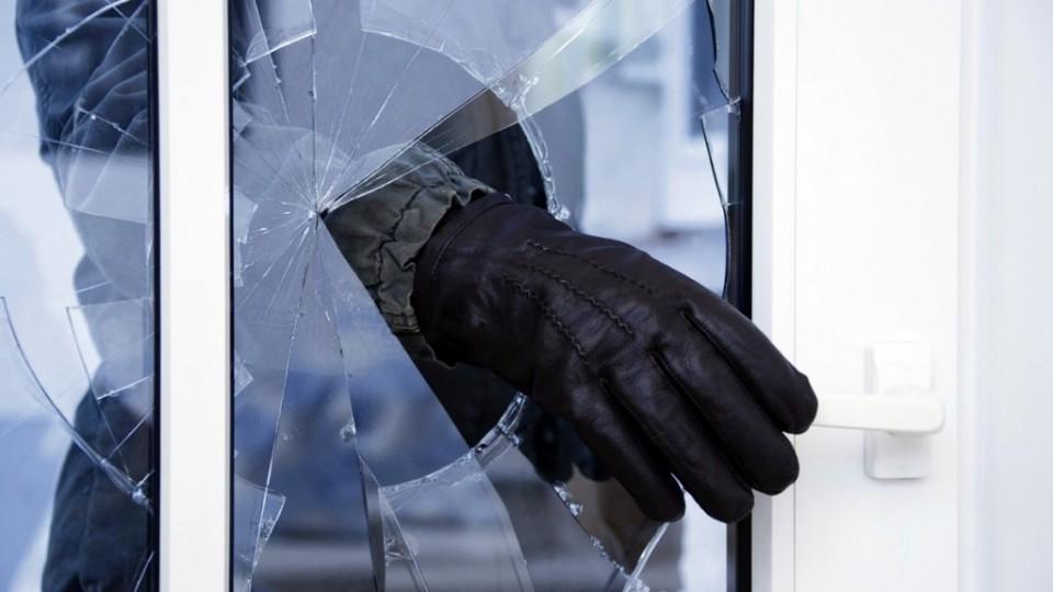 В Тверской области вор выносил бытовую технику через окно
