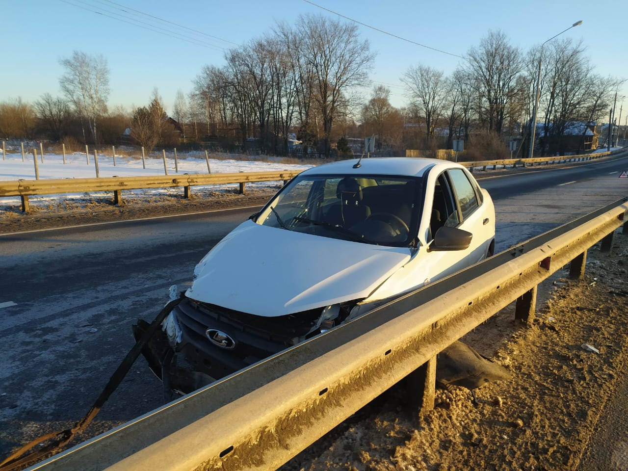 В Тверской области автолюбительница врезалась в барьерное ограждение
