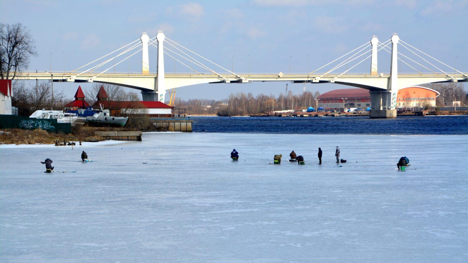 Тверские рыбаки массово вышли на тонкий лед за рыбой