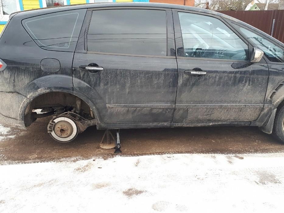 Ночью в Твери неизвестные злоумышленники повредили колеса пяти автомобилей