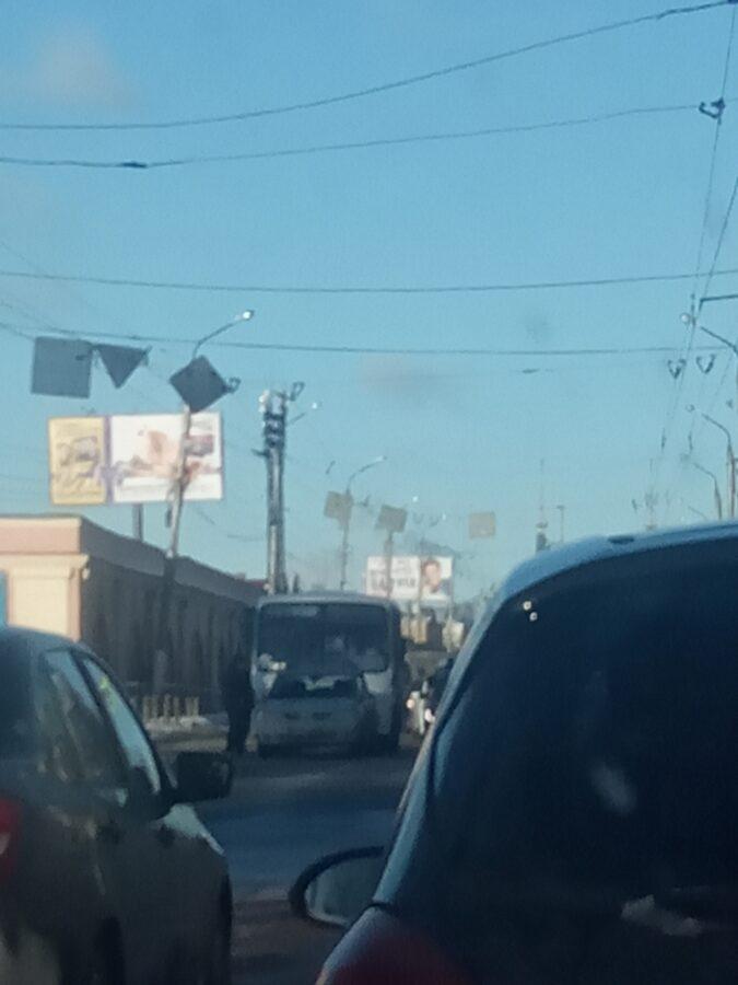 В Твери из-за врезавшейся маршрутки образовалась пробка