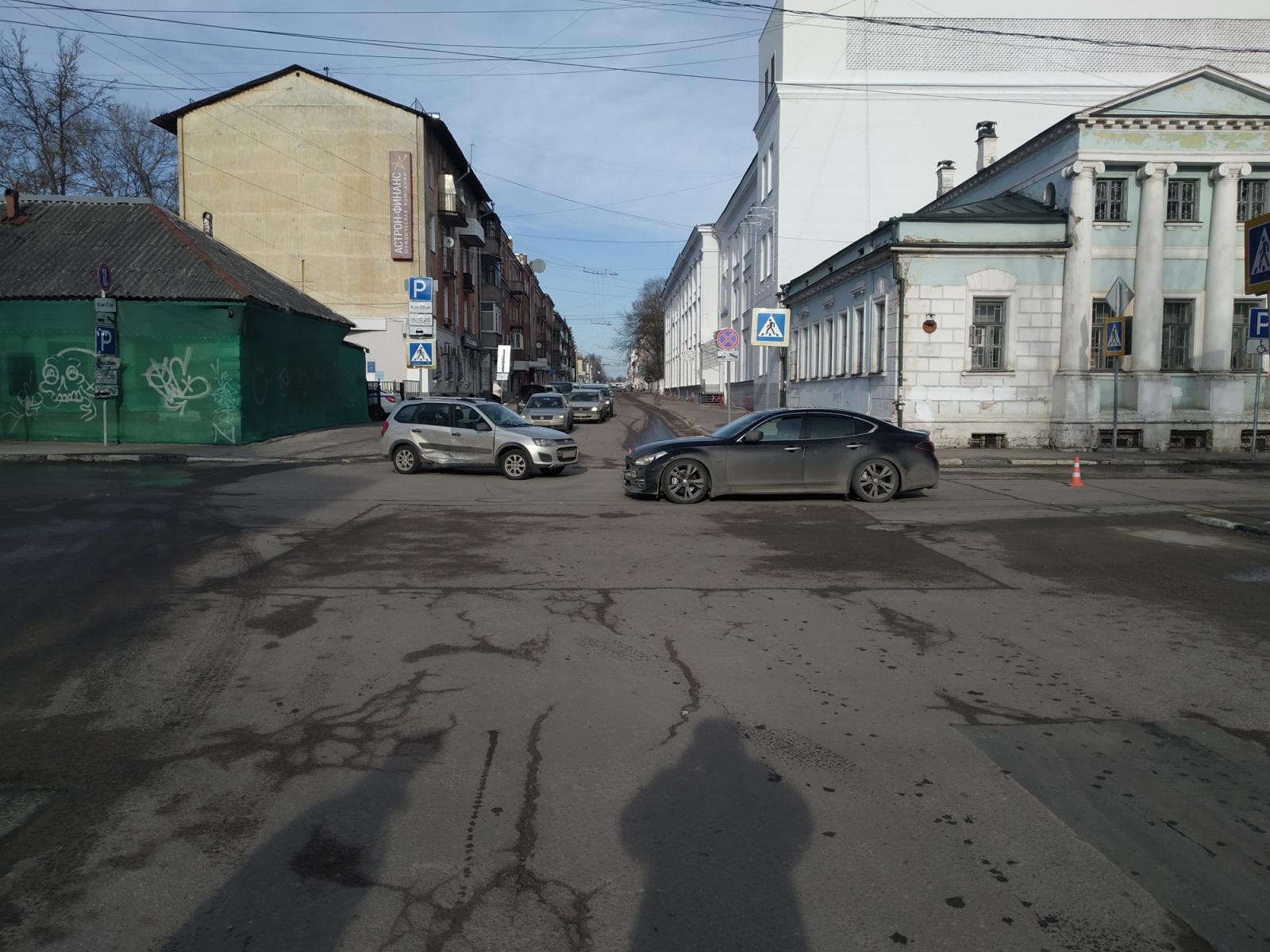 В Твери на бульваре Радищева столкнулись два автомобиля