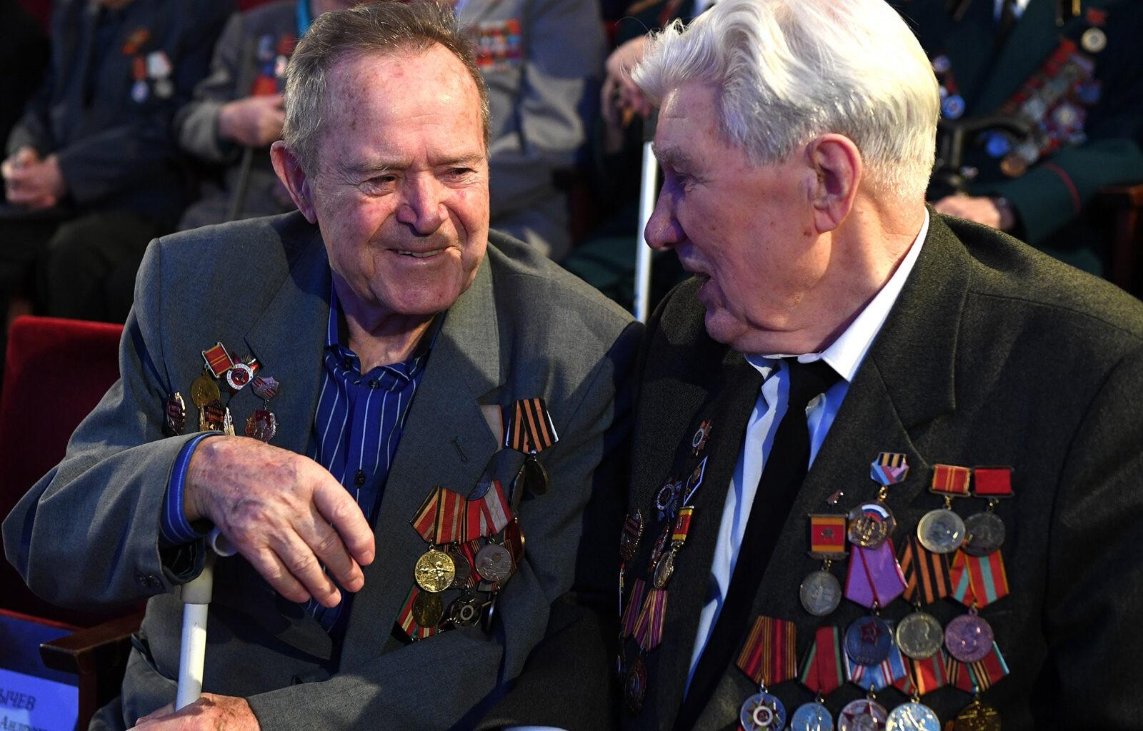 Ветеранам Тверской области начали вручать юбилейные медали