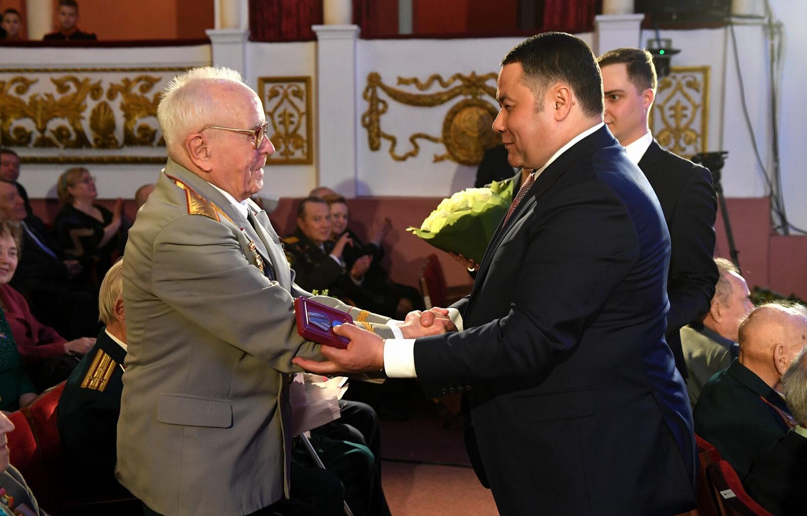 Ветеранам Тверской области вручили памятные медали
