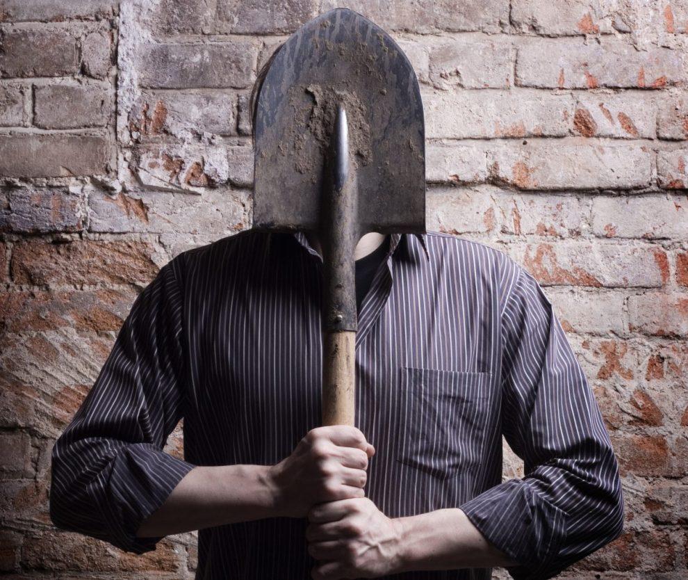 За удар лопатой по спине неприятеля житель Твери заплатит штраф