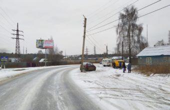 В Твери на Сахаровском шоссе автомобиль врезался в столб