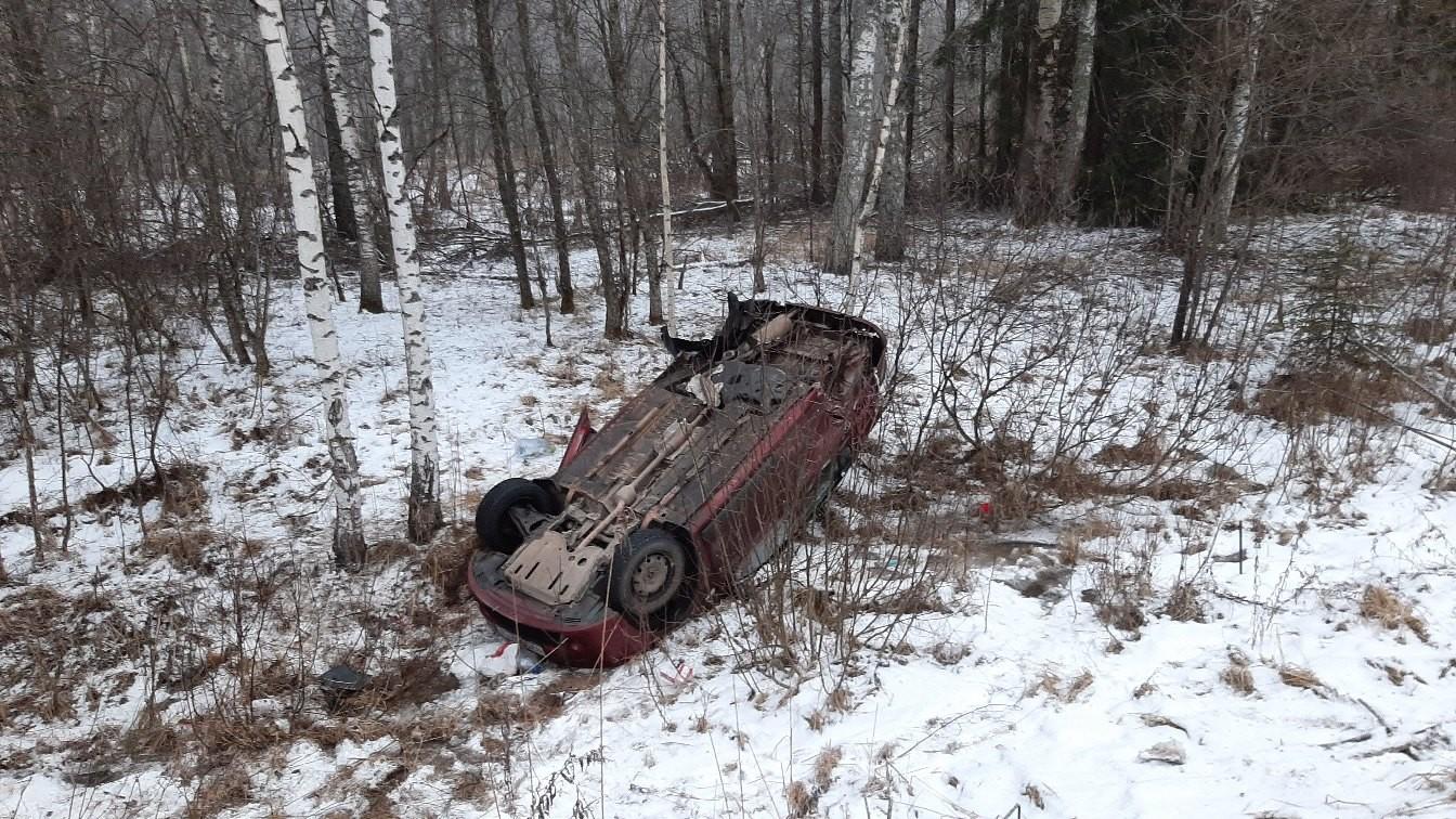 В ДТП в Тверской области автомобиль перевернулся и лишился колёс