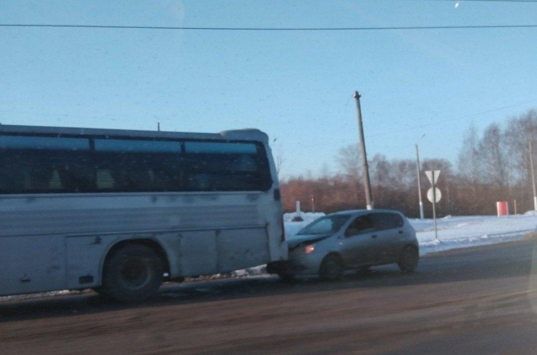 Иномарка задержала пригородный автобус в Твери
