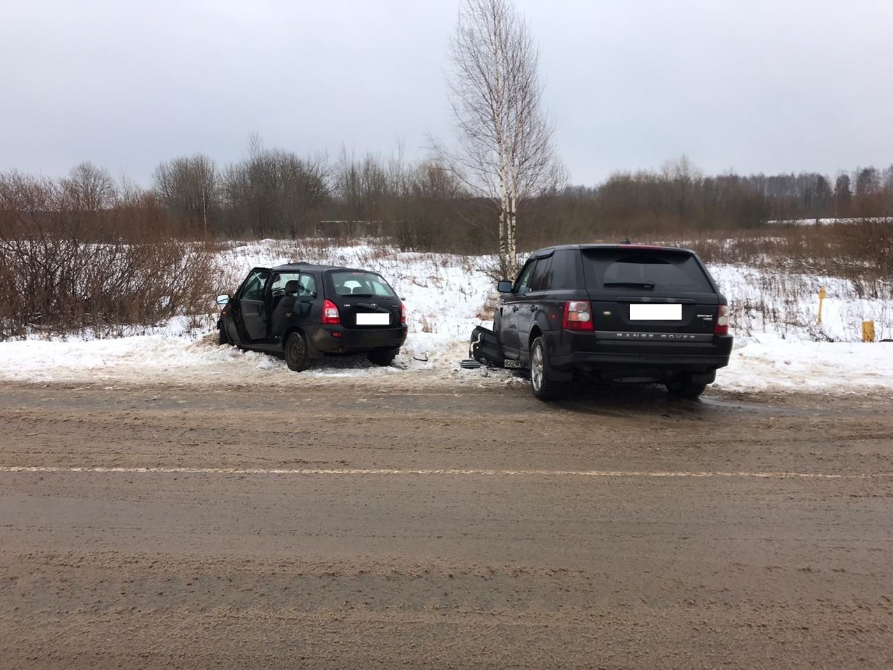 Женщина на крутом повороте в Тверской области влобовую врезалась во встречную машину