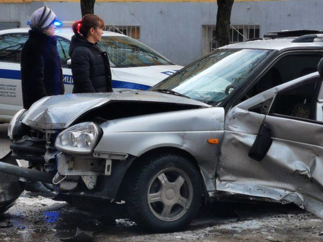 В центре Твери после крупной аварии водителя вытаскивали спасатели