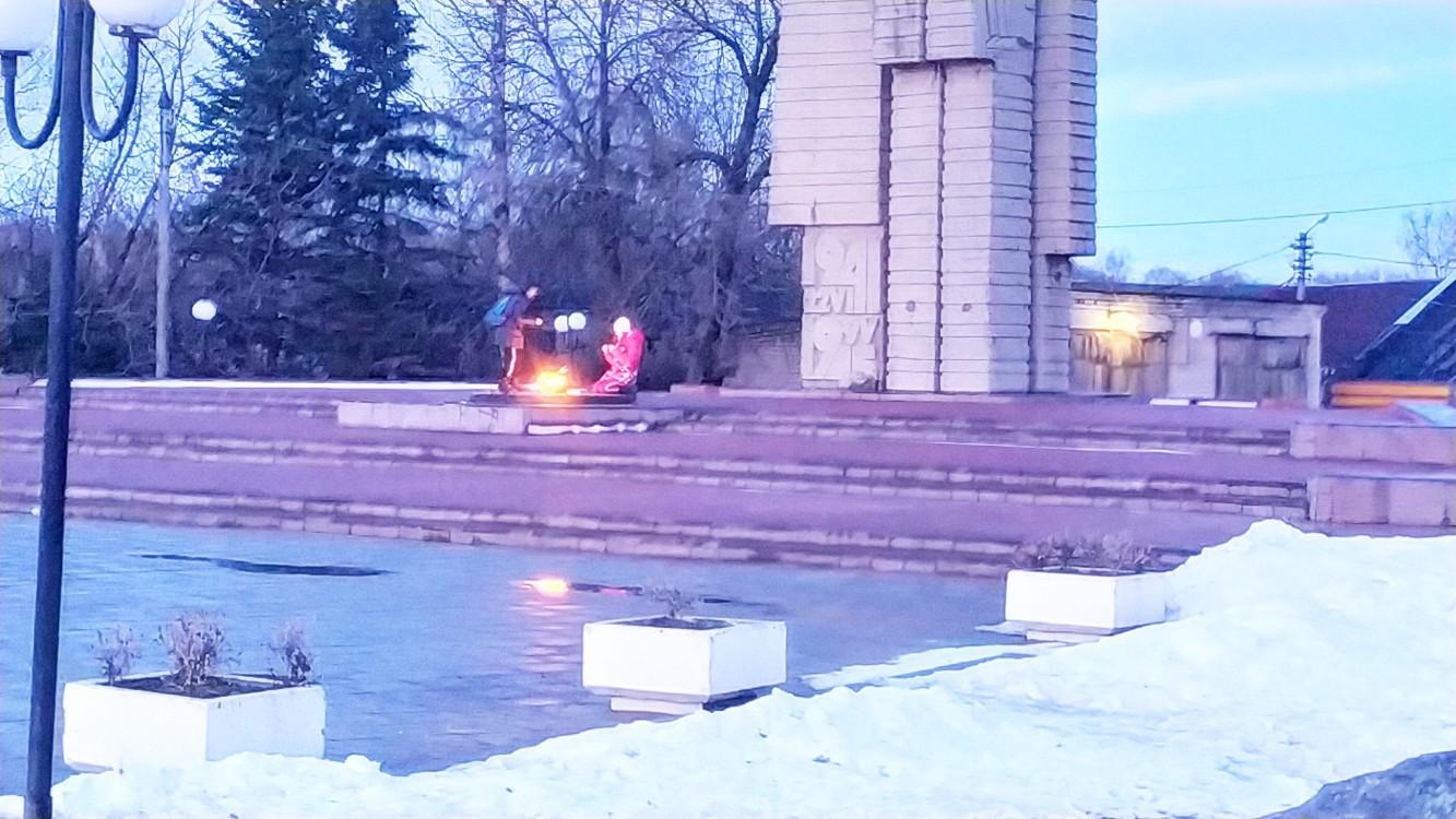 В Тверской области дети жарили зефир над Вечным огнем