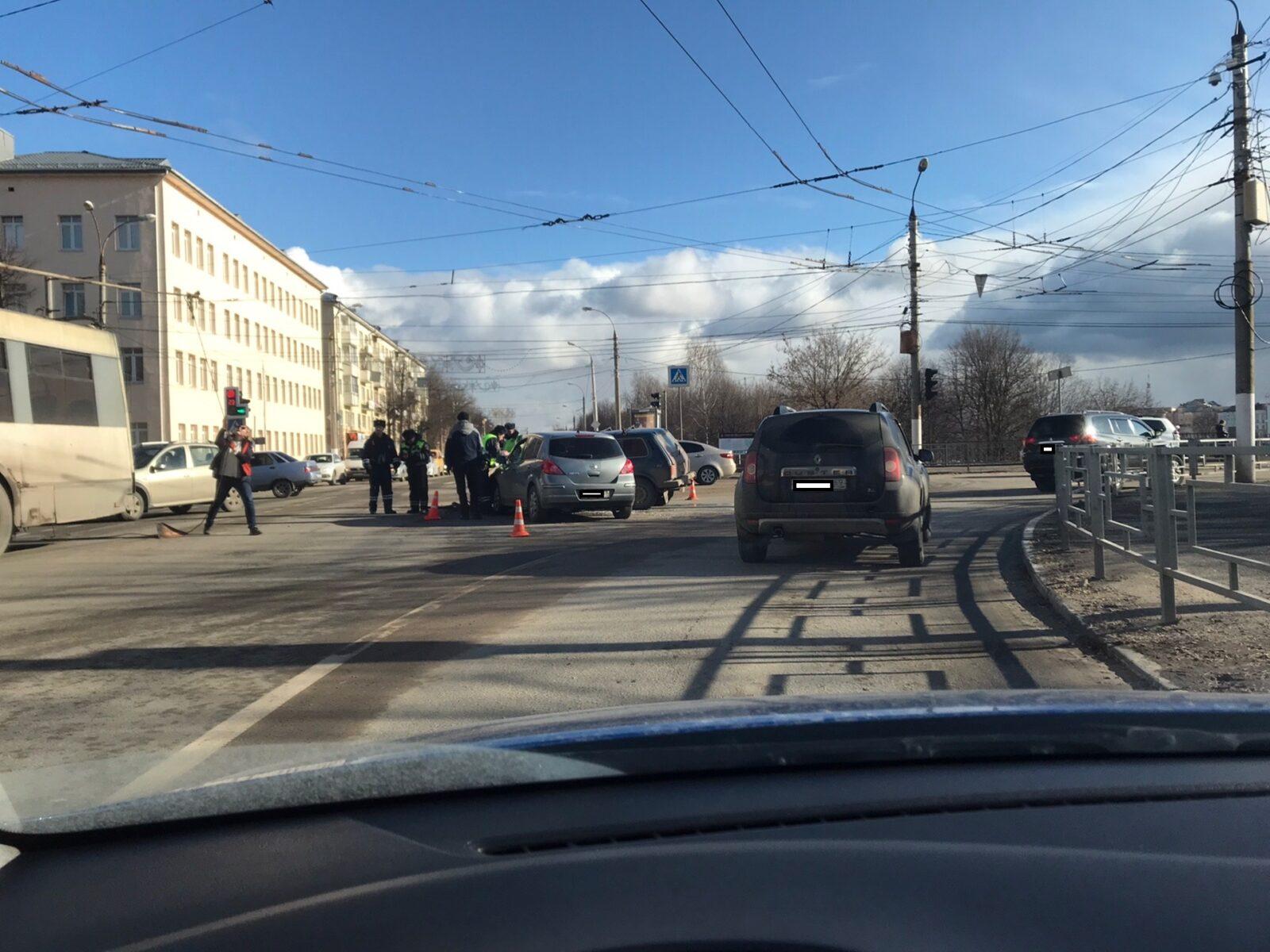 В Твери собирается пробка из-за ДТП на съезде со Старого моста