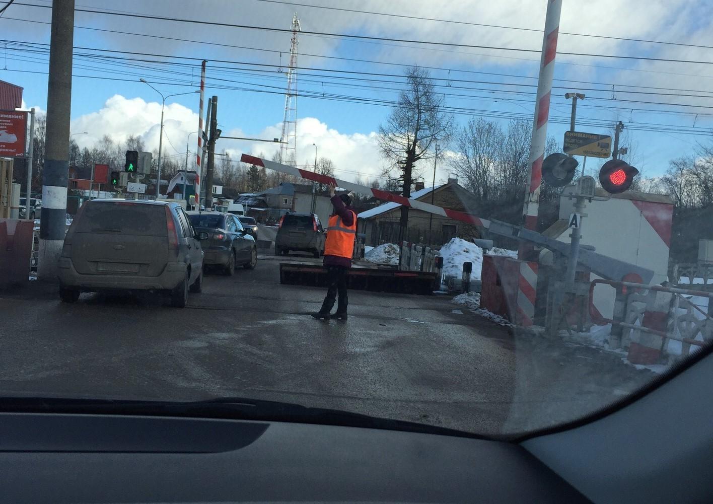 В Чуприяновке Тверской области шлагбаум на переезде поднимают руками